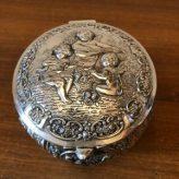 Silberdose mit Reliefdekor